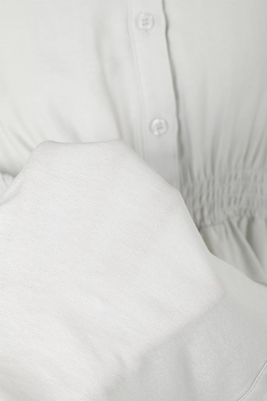 GatheredSleeveLongBlouseギャザースリーブ・ロングブラウス大人カジュアルに最適な海外ファッションのothers(その他インポートアイテム)のトップスやシャツ・ブラウス。各所のギャザーが可愛い長袖のシャツブラウス。長めの着丈と細見え効果が期待できるウエストのギャザーで、気になるボディラインのカバーにもピッタリ。/main-27