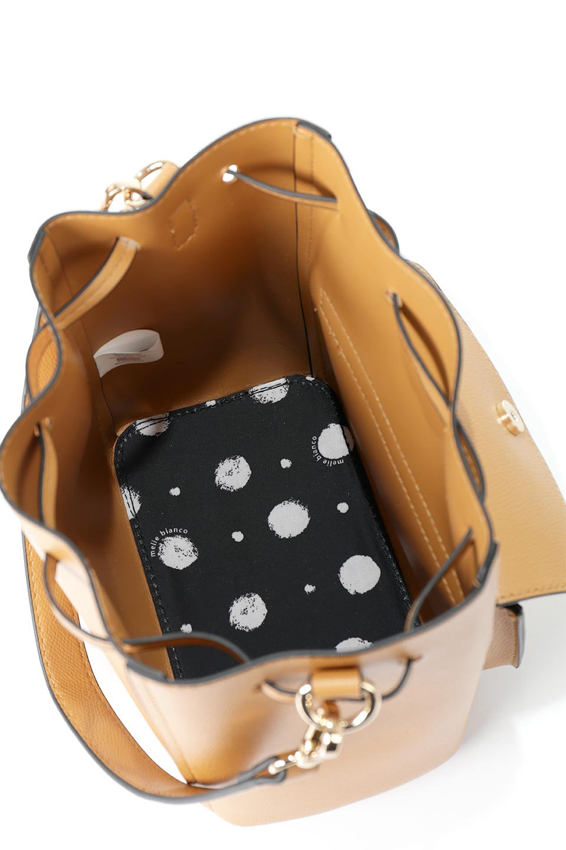 meliebiancoのKarina(Tan)タッセル付き・巾着ワンハンドルバッグ/海外ファッション好きにオススメのインポートバッグとかばん、MelieBianco(メリービアンコ)のバッグやハンドバッグ。フロントのフラップ付きポケットがアクセントの巾着バッグ。タッセルや、ワンハンドルのデザインなど、可愛いディテール満載の小型バッグです。/main-14