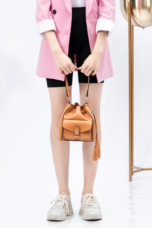 meliebiancoのKarina(Tan)タッセル付き・巾着ワンハンドルバッグ/海外ファッション好きにオススメのインポートバッグとかばん、MelieBianco(メリービアンコ)のバッグやハンドバッグ。フロントのフラップ付きポケットがアクセントの巾着バッグ。タッセルや、ワンハンドルのデザインなど、可愛いディテール満載の小型バッグです。/main-15