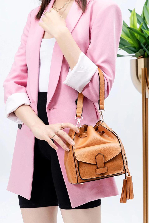 meliebiancoのKarina(Tan)タッセル付き・巾着ワンハンドルバッグ/海外ファッション好きにオススメのインポートバッグとかばん、MelieBianco(メリービアンコ)のバッグやハンドバッグ。フロントのフラップ付きポケットがアクセントの巾着バッグ。タッセルや、ワンハンドルのデザインなど、可愛いディテール満載の小型バッグです。/main-16