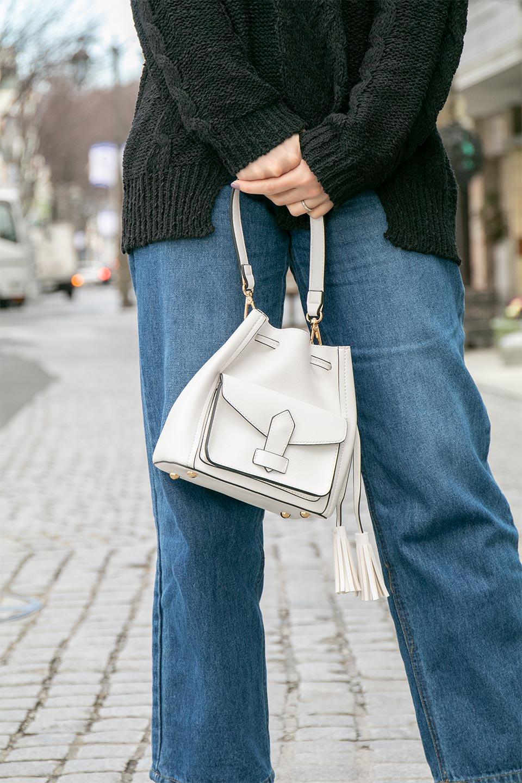 meliebiancoのKarina(Tan)タッセル付き・巾着ワンハンドルバッグ/海外ファッション好きにオススメのインポートバッグとかばん、MelieBianco(メリービアンコ)のバッグやハンドバッグ。フロントのフラップ付きポケットがアクセントの巾着バッグ。タッセルや、ワンハンドルのデザインなど、可愛いディテール満載の小型バッグです。/main-17