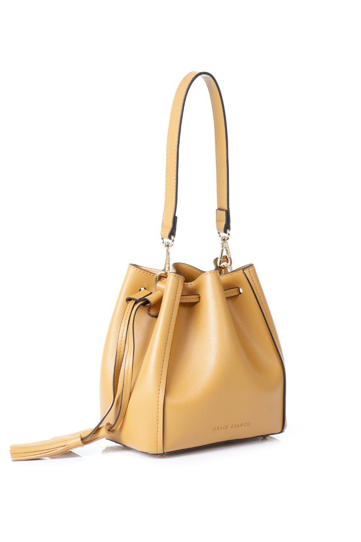 meliebiancoのKarina(Tan)タッセル付き・巾着ワンハンドルバッグ/海外ファッション好きにオススメのインポートバッグとかばん、MelieBianco(メリービアンコ)のバッグやハンドバッグ。フロントのフラップ付きポケットがアクセントの巾着バッグ。タッセルや、ワンハンドルのデザインなど、可愛いディテール満載の小型バッグです。/main-3