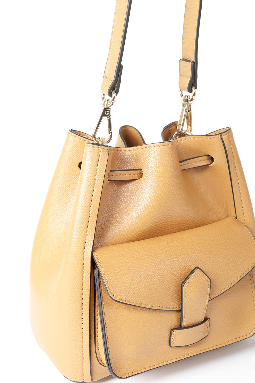 meliebiancoのKarina(Tan)タッセル付き・巾着ワンハンドルバッグ/海外ファッション好きにオススメのインポートバッグとかばん、MelieBianco(メリービアンコ)のバッグやハンドバッグ。フロントのフラップ付きポケットがアクセントの巾着バッグ。タッセルや、ワンハンドルのデザインなど、可愛いディテール満載の小型バッグです。/main-5
