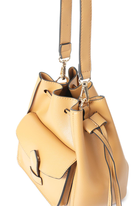 meliebiancoのKarina(Tan)タッセル付き・巾着ワンハンドルバッグ/海外ファッション好きにオススメのインポートバッグとかばん、MelieBianco(メリービアンコ)のバッグやハンドバッグ。フロントのフラップ付きポケットがアクセントの巾着バッグ。タッセルや、ワンハンドルのデザインなど、可愛いディテール満載の小型バッグです。/main-6