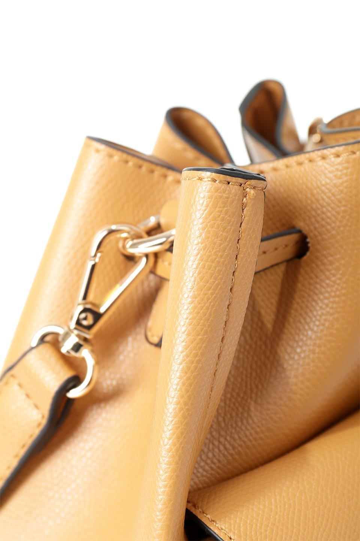 meliebiancoのKarina(Tan)タッセル付き・巾着ワンハンドルバッグ/海外ファッション好きにオススメのインポートバッグとかばん、MelieBianco(メリービアンコ)のバッグやハンドバッグ。フロントのフラップ付きポケットがアクセントの巾着バッグ。タッセルや、ワンハンドルのデザインなど、可愛いディテール満載の小型バッグです。/main-8