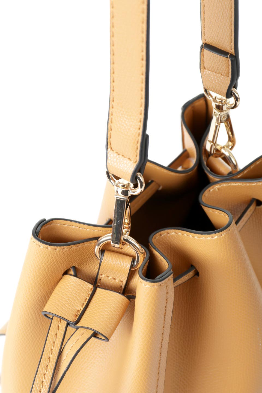 meliebiancoのKarina(Tan)タッセル付き・巾着ワンハンドルバッグ/海外ファッション好きにオススメのインポートバッグとかばん、MelieBianco(メリービアンコ)のバッグやハンドバッグ。フロントのフラップ付きポケットがアクセントの巾着バッグ。タッセルや、ワンハンドルのデザインなど、可愛いディテール満載の小型バッグです。/main-9