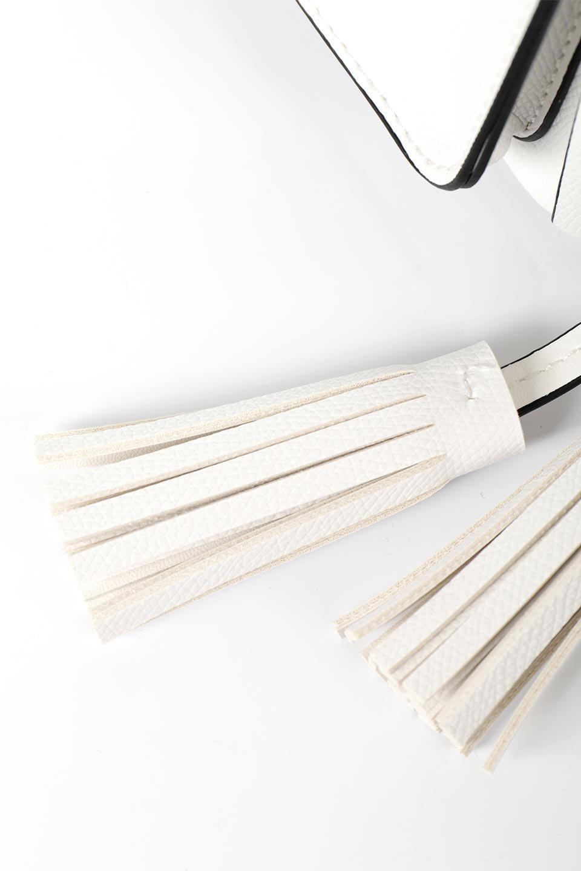meliebiancoのKarina(White)タッセル付き・巾着ワンハンドルバッグ/海外ファッション好きにオススメのインポートバッグとかばん、MelieBianco(メリービアンコ)のバッグやハンドバッグ。フロントのフラップ付きポケットがアクセントの巾着バッグ。タッセルや、ワンハンドルのデザインなど、可愛いディテール満載の小型バッグです。/main-12