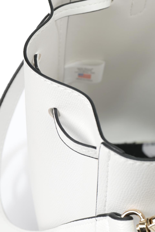 meliebiancoのKarina(White)タッセル付き・巾着ワンハンドルバッグ/海外ファッション好きにオススメのインポートバッグとかばん、MelieBianco(メリービアンコ)のバッグやハンドバッグ。フロントのフラップ付きポケットがアクセントの巾着バッグ。タッセルや、ワンハンドルのデザインなど、可愛いディテール満載の小型バッグです。/main-13
