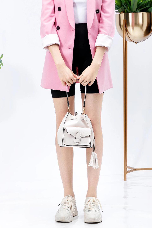 meliebiancoのKarina(White)タッセル付き・巾着ワンハンドルバッグ/海外ファッション好きにオススメのインポートバッグとかばん、MelieBianco(メリービアンコ)のバッグやハンドバッグ。フロントのフラップ付きポケットがアクセントの巾着バッグ。タッセルや、ワンハンドルのデザインなど、可愛いディテール満載の小型バッグです。/main-15