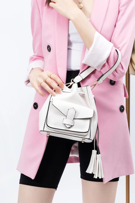 meliebiancoのKarina(White)タッセル付き・巾着ワンハンドルバッグ/海外ファッション好きにオススメのインポートバッグとかばん、MelieBianco(メリービアンコ)のバッグやハンドバッグ。フロントのフラップ付きポケットがアクセントの巾着バッグ。タッセルや、ワンハンドルのデザインなど、可愛いディテール満載の小型バッグです。/main-16