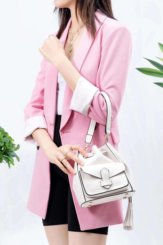 meliebiancoのKarina(White)タッセル付き・巾着ワンハンドルバッグ/海外ファッション好きにオススメのインポートバッグとかばん、MelieBianco(メリービアンコ)のバッグやハンドバッグ。フロントのフラップ付きポケットがアクセントの巾着バッグ。タッセルや、ワンハンドルのデザインなど、可愛いディテール満載の小型バッグです。/main-17