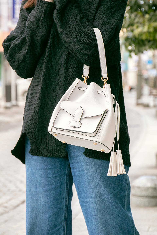 meliebiancoのKarina(White)タッセル付き・巾着ワンハンドルバッグ/海外ファッション好きにオススメのインポートバッグとかばん、MelieBianco(メリービアンコ)のバッグやハンドバッグ。フロントのフラップ付きポケットがアクセントの巾着バッグ。タッセルや、ワンハンドルのデザインなど、可愛いディテール満載の小型バッグです。/main-19