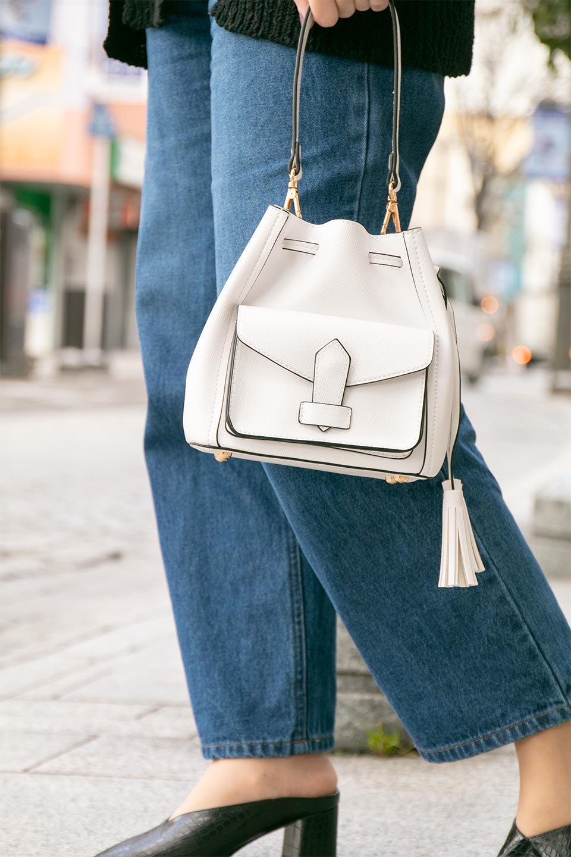 meliebiancoのKarina(White)タッセル付き・巾着ワンハンドルバッグ/海外ファッション好きにオススメのインポートバッグとかばん、MelieBianco(メリービアンコ)のバッグやハンドバッグ。フロントのフラップ付きポケットがアクセントの巾着バッグ。タッセルや、ワンハンドルのデザインなど、可愛いディテール満載の小型バッグです。/main-20