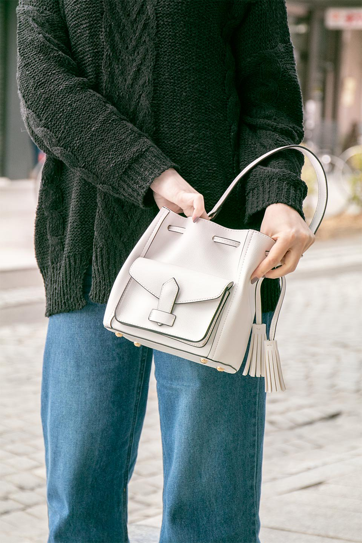 meliebiancoのKarina(White)タッセル付き・巾着ワンハンドルバッグ/海外ファッション好きにオススメのインポートバッグとかばん、MelieBianco(メリービアンコ)のバッグやハンドバッグ。フロントのフラップ付きポケットがアクセントの巾着バッグ。タッセルや、ワンハンドルのデザインなど、可愛いディテール満載の小型バッグです。/main-21