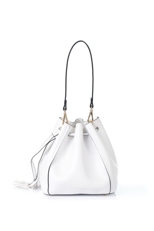 meliebiancoのKarina(White)タッセル付き・巾着ワンハンドルバッグ/海外ファッション好きにオススメのインポートバッグとかばん、MelieBianco(メリービアンコ)のバッグやハンドバッグ。フロントのフラップ付きポケットがアクセントの巾着バッグ。タッセルや、ワンハンドルのデザインなど、可愛いディテール満載の小型バッグです。/main-4