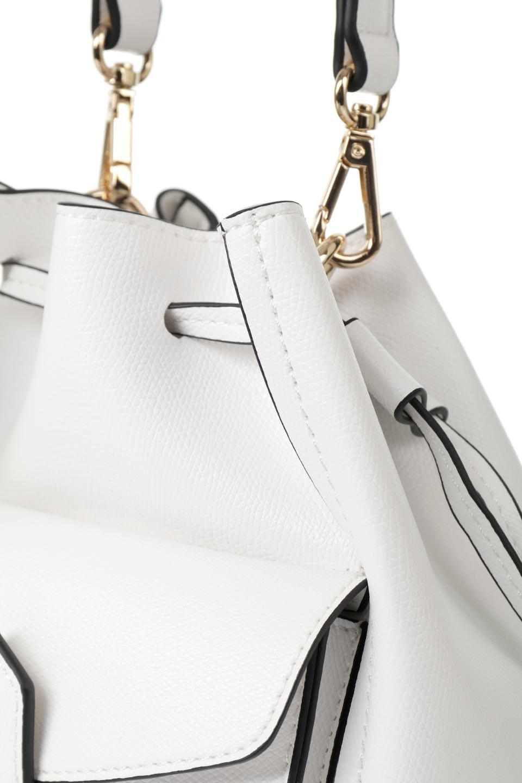 meliebiancoのKarina(White)タッセル付き・巾着ワンハンドルバッグ/海外ファッション好きにオススメのインポートバッグとかばん、MelieBianco(メリービアンコ)のバッグやハンドバッグ。フロントのフラップ付きポケットがアクセントの巾着バッグ。タッセルや、ワンハンドルのデザインなど、可愛いディテール満載の小型バッグです。/main-5