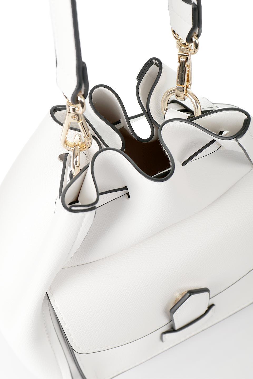 meliebiancoのKarina(White)タッセル付き・巾着ワンハンドルバッグ/海外ファッション好きにオススメのインポートバッグとかばん、MelieBianco(メリービアンコ)のバッグやハンドバッグ。フロントのフラップ付きポケットがアクセントの巾着バッグ。タッセルや、ワンハンドルのデザインなど、可愛いディテール満載の小型バッグです。/main-6