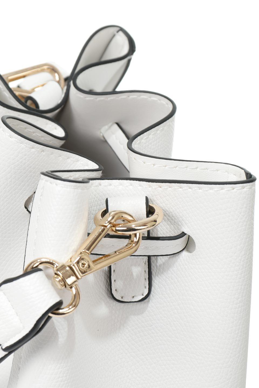 meliebiancoのKarina(White)タッセル付き・巾着ワンハンドルバッグ/海外ファッション好きにオススメのインポートバッグとかばん、MelieBianco(メリービアンコ)のバッグやハンドバッグ。フロントのフラップ付きポケットがアクセントの巾着バッグ。タッセルや、ワンハンドルのデザインなど、可愛いディテール満載の小型バッグです。/main-7