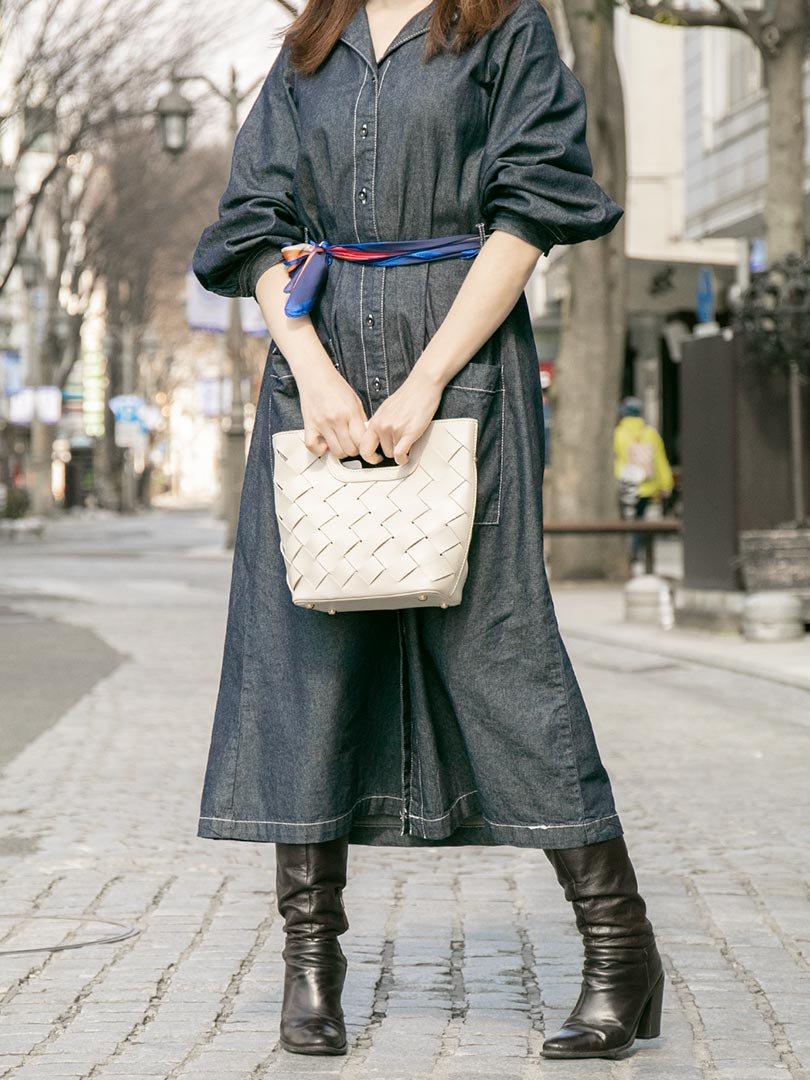 meliebiancoのEllen(Bone)2Way・編み込みハンドバッグ/海外ファッション好きにオススメのインポートバッグとかばん、MelieBianco(メリービアンコ)のバッグやハンドバッグ。可愛い大きさの編み込みハンドバッグ。しっとりとしたプレミアム・ビーガンレザーをメッシュ状に編み込んだ2Wayタイプ。/main-16