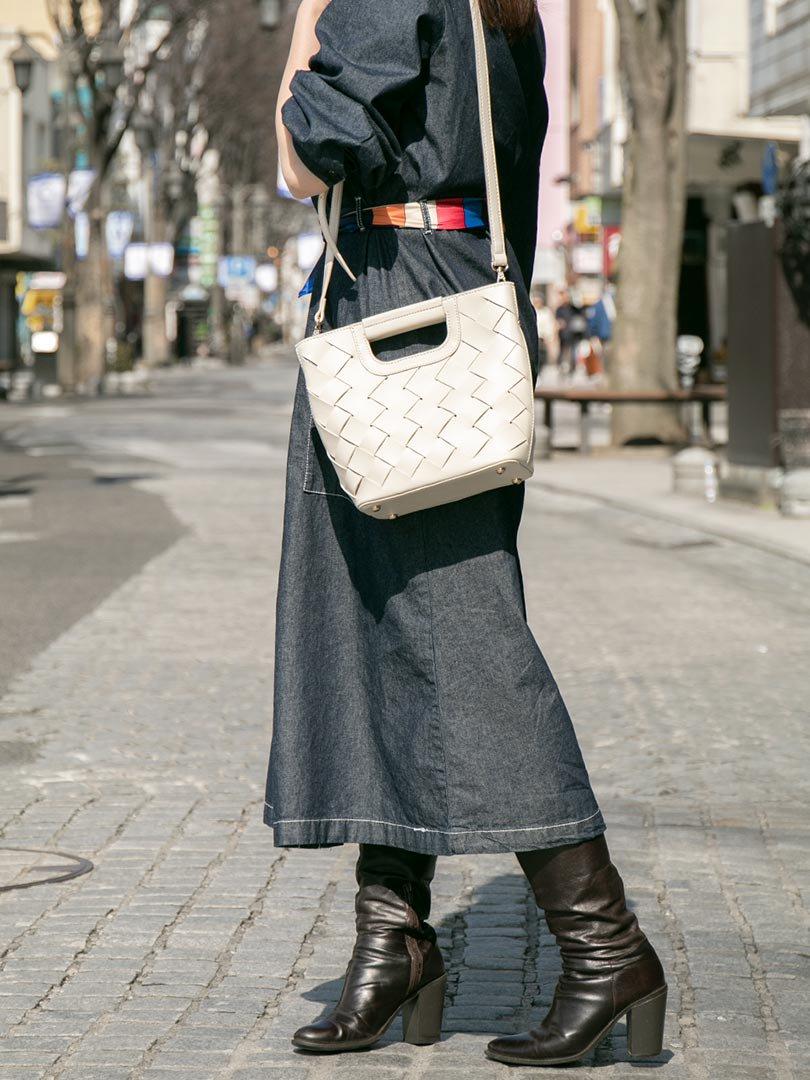 meliebiancoのEllen(Bone)2Way・編み込みハンドバッグ/海外ファッション好きにオススメのインポートバッグとかばん、MelieBianco(メリービアンコ)のバッグやハンドバッグ。可愛い大きさの編み込みハンドバッグ。しっとりとしたプレミアム・ビーガンレザーをメッシュ状に編み込んだ2Wayタイプ。/main-17