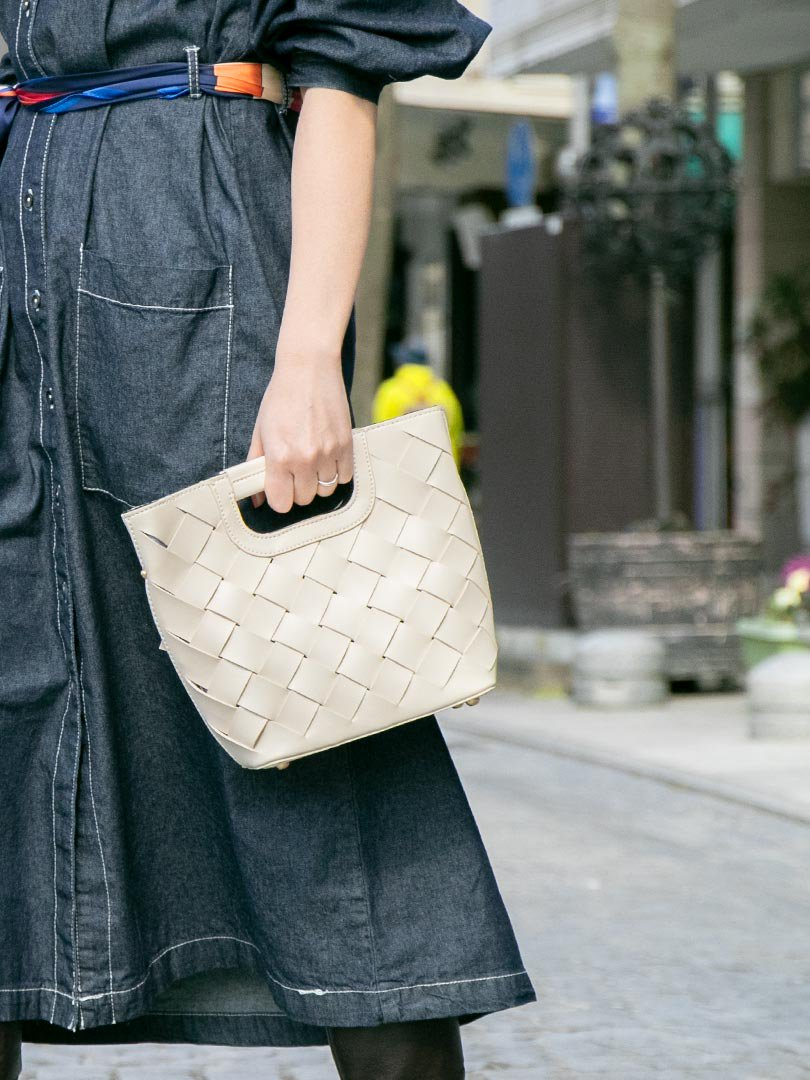 meliebiancoのEllen(Bone)2Way・編み込みハンドバッグ/海外ファッション好きにオススメのインポートバッグとかばん、MelieBianco(メリービアンコ)のバッグやハンドバッグ。可愛い大きさの編み込みハンドバッグ。しっとりとしたプレミアム・ビーガンレザーをメッシュ状に編み込んだ2Wayタイプ。/main-18