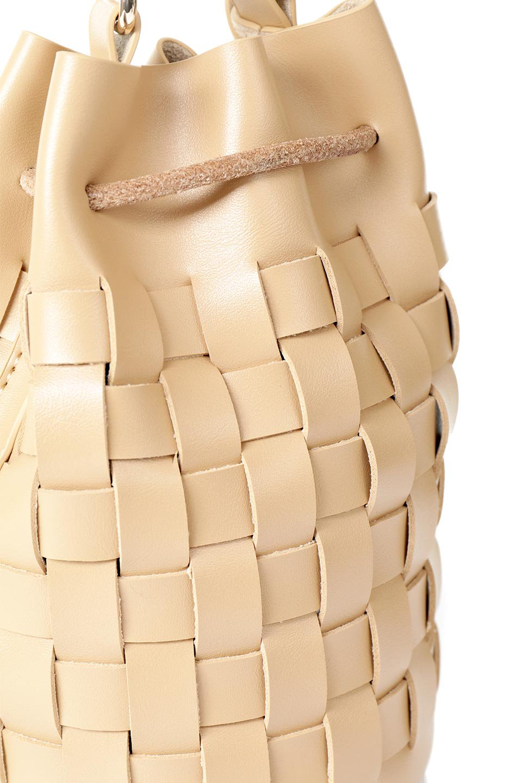 meliebiancoのJody(Nude)編み込み・巾着ミニショルダーバッグ/海外ファッション好きにオススメのインポートバッグとかばん、MelieBianco(メリービアンコ)のバッグやショルダーバッグ。iPhoneと最小限の持ち物だけでお出かけするのにぴったりな巾着バッグ。大きな財布が必要ないキャッシュレス世代にお勧めのコンパクトサイズのショルダーバッグです。/main-10