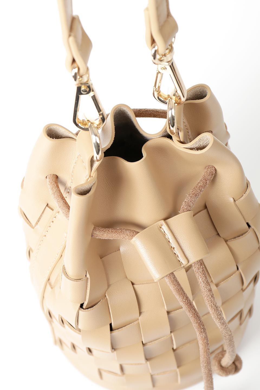 meliebiancoのJody(Nude)編み込み・巾着ミニショルダーバッグ/海外ファッション好きにオススメのインポートバッグとかばん、MelieBianco(メリービアンコ)のバッグやショルダーバッグ。iPhoneと最小限の持ち物だけでお出かけするのにぴったりな巾着バッグ。大きな財布が必要ないキャッシュレス世代にお勧めのコンパクトサイズのショルダーバッグです。/main-11