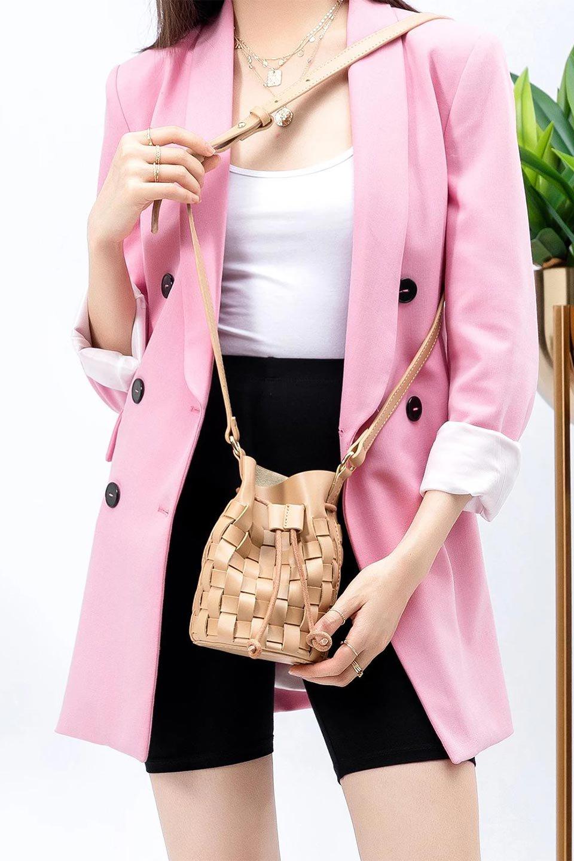 meliebiancoのJody(Nude)編み込み・巾着ミニショルダーバッグ/海外ファッション好きにオススメのインポートバッグとかばん、MelieBianco(メリービアンコ)のバッグやショルダーバッグ。iPhoneと最小限の持ち物だけでお出かけするのにぴったりな巾着バッグ。大きな財布が必要ないキャッシュレス世代にお勧めのコンパクトサイズのショルダーバッグです。/main-15