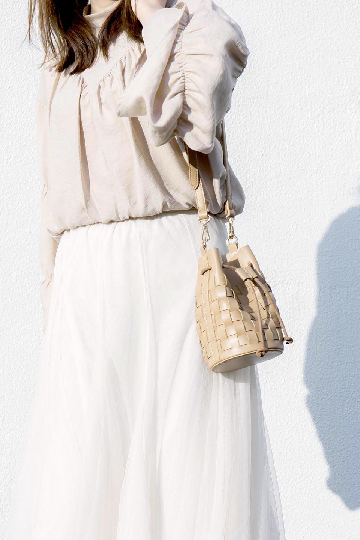 meliebiancoのJody(Nude)編み込み・巾着ミニショルダーバッグ/海外ファッション好きにオススメのインポートバッグとかばん、MelieBianco(メリービアンコ)のバッグやショルダーバッグ。iPhoneと最小限の持ち物だけでお出かけするのにぴったりな巾着バッグ。大きな財布が必要ないキャッシュレス世代にお勧めのコンパクトサイズのショルダーバッグです。/main-17