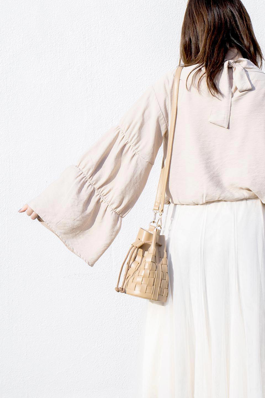 meliebiancoのJody(Nude)編み込み・巾着ミニショルダーバッグ/海外ファッション好きにオススメのインポートバッグとかばん、MelieBianco(メリービアンコ)のバッグやショルダーバッグ。iPhoneと最小限の持ち物だけでお出かけするのにぴったりな巾着バッグ。大きな財布が必要ないキャッシュレス世代にお勧めのコンパクトサイズのショルダーバッグです。/main-19