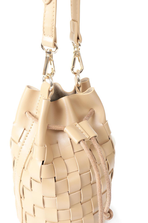 meliebiancoのJody(Nude)編み込み・巾着ミニショルダーバッグ/海外ファッション好きにオススメのインポートバッグとかばん、MelieBianco(メリービアンコ)のバッグやショルダーバッグ。iPhoneと最小限の持ち物だけでお出かけするのにぴったりな巾着バッグ。大きな財布が必要ないキャッシュレス世代にお勧めのコンパクトサイズのショルダーバッグです。/main-6