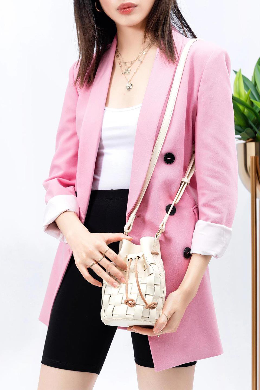 meliebiancoのJody(Bone)編み込み・巾着ミニショルダーバッグ/海外ファッション好きにオススメのインポートバッグとかばん、MelieBianco(メリービアンコ)のバッグやショルダーバッグ。iPhoneと最小限の持ち物だけでお出かけするのにぴったりな巾着バッグ。大きな財布が必要ないキャッシュレス世代にお勧めのコンパクトサイズのショルダーバッグです。/main-14