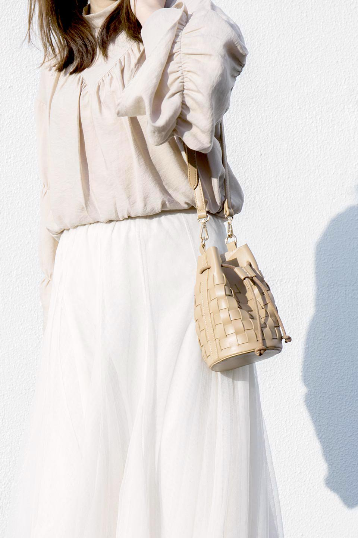 meliebiancoのJody(Bone)編み込み・巾着ミニショルダーバッグ/海外ファッション好きにオススメのインポートバッグとかばん、MelieBianco(メリービアンコ)のバッグやショルダーバッグ。iPhoneと最小限の持ち物だけでお出かけするのにぴったりな巾着バッグ。大きな財布が必要ないキャッシュレス世代にお勧めのコンパクトサイズのショルダーバッグです。/main-16