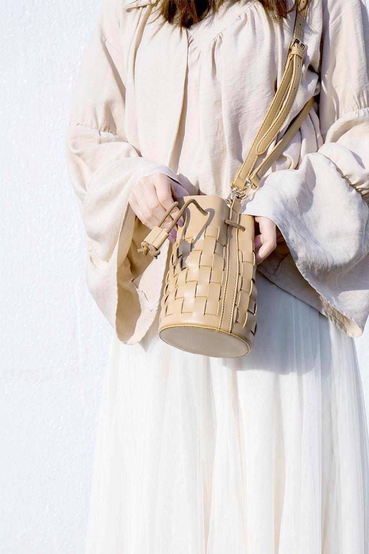 meliebiancoのJody(Bone)編み込み・巾着ミニショルダーバッグ/海外ファッション好きにオススメのインポートバッグとかばん、MelieBianco(メリービアンコ)のバッグやショルダーバッグ。iPhoneと最小限の持ち物だけでお出かけするのにぴったりな巾着バッグ。大きな財布が必要ないキャッシュレス世代にお勧めのコンパクトサイズのショルダーバッグです。/main-17