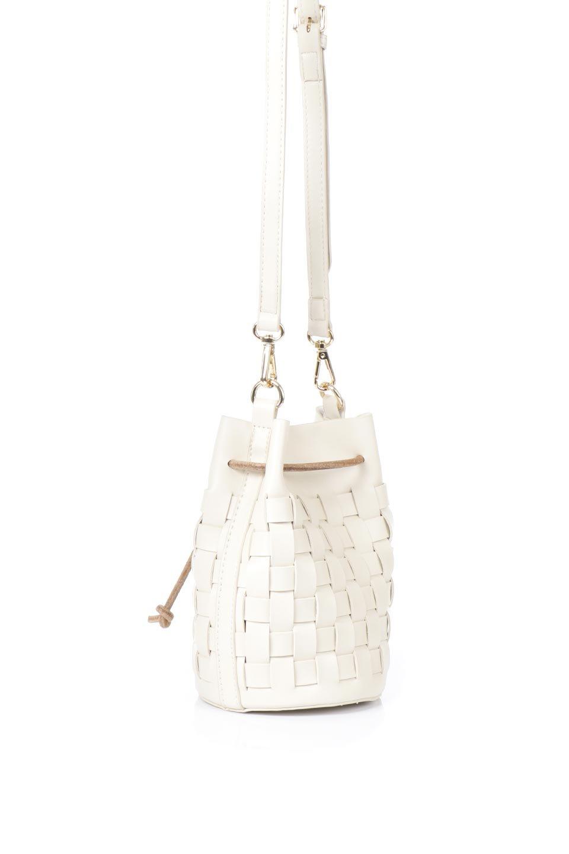 meliebiancoのJody(Bone)編み込み・巾着ミニショルダーバッグ/海外ファッション好きにオススメのインポートバッグとかばん、MelieBianco(メリービアンコ)のバッグやショルダーバッグ。iPhoneと最小限の持ち物だけでお出かけするのにぴったりな巾着バッグ。大きな財布が必要ないキャッシュレス世代にお勧めのコンパクトサイズのショルダーバッグです。/main-3