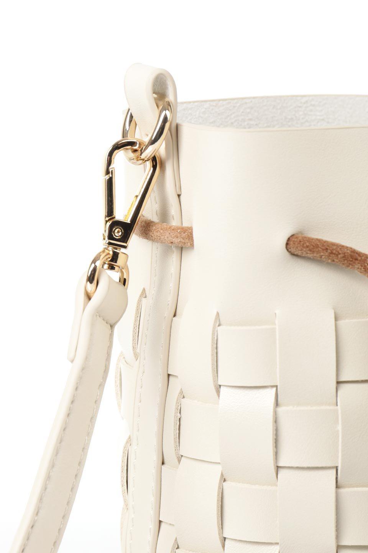 meliebiancoのJody(Bone)編み込み・巾着ミニショルダーバッグ/海外ファッション好きにオススメのインポートバッグとかばん、MelieBianco(メリービアンコ)のバッグやショルダーバッグ。iPhoneと最小限の持ち物だけでお出かけするのにぴったりな巾着バッグ。大きな財布が必要ないキャッシュレス世代にお勧めのコンパクトサイズのショルダーバッグです。/main-6