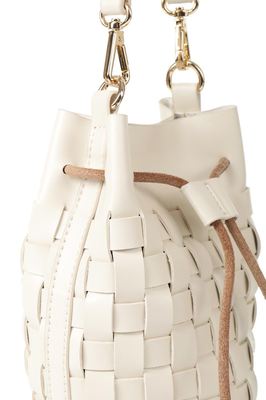 meliebiancoのJody(Bone)編み込み・巾着ミニショルダーバッグ/海外ファッション好きにオススメのインポートバッグとかばん、MelieBianco(メリービアンコ)のバッグやショルダーバッグ。iPhoneと最小限の持ち物だけでお出かけするのにぴったりな巾着バッグ。大きな財布が必要ないキャッシュレス世代にお勧めのコンパクトサイズのショルダーバッグです。/main-7