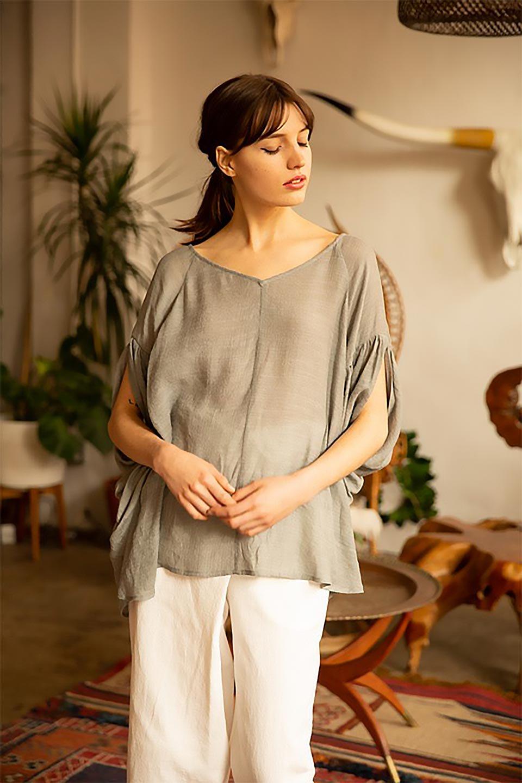 ButterflySleeveCocoonBlouseバタフライスリーブ・コクーンブラウスfromL.A.大人カジュアルに最適な海外ファッションのothers(その他インポートアイテム)のトップスやシャツ・ブラウス。透け感が人気のシアー素材のカジュアルブラウス。ヒラヒラ揺れる袖がとても可愛いデザインです。/main-13