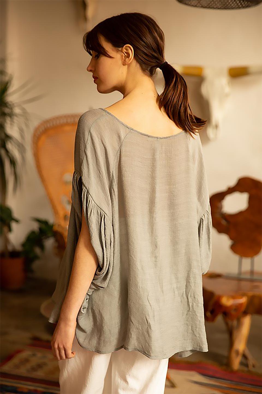 ButterflySleeveCocoonBlouseバタフライスリーブ・コクーンブラウスfromL.A.大人カジュアルに最適な海外ファッションのothers(その他インポートアイテム)のトップスやシャツ・ブラウス。透け感が人気のシアー素材のカジュアルブラウス。ヒラヒラ揺れる袖がとても可愛いデザインです。/main-18
