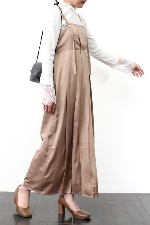 FrontTackedShinySatinLongDressフロントタック・サテンワンピース大人カジュアルに最適な海外ファッションのothers(その他インポートアイテム)のワンピースやマキシワンピース。なめらかな光沢のサテン生地を使用したロングワンピース。様々なトップスと遊べるジャンパースカートタイプのデザイン。/main-25
