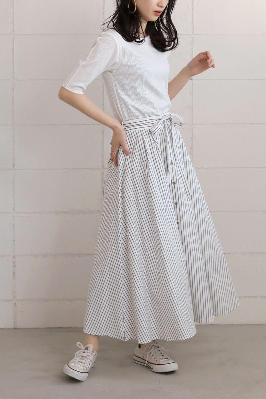 FrontButtonFlareSkirtフロントボタン・フレアスカート大人カジュアルに最適な海外ファッションのothers(その他インポートアイテム)のボトムやスカート。さらっとした素材感でシルエットがキレイなフレアスカートフロントに並ぶ小さなボタンが可愛いフレアスカート。柔らかすぎない生地感で、動くたびにしっかりときれいなシルエットが保てるようになっています。/main-19