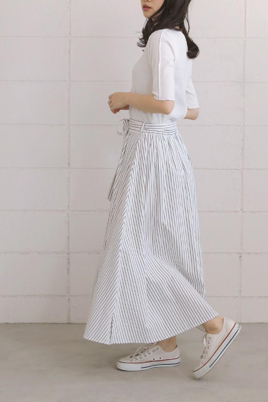 FrontButtonFlareSkirtフロントボタン・フレアスカート大人カジュアルに最適な海外ファッションのothers(その他インポートアイテム)のボトムやスカート。さらっとした素材感でシルエットがキレイなフレアスカートフロントに並ぶ小さなボタンが可愛いフレアスカート。柔らかすぎない生地感で、動くたびにしっかりときれいなシルエットが保てるようになっています。/main-20