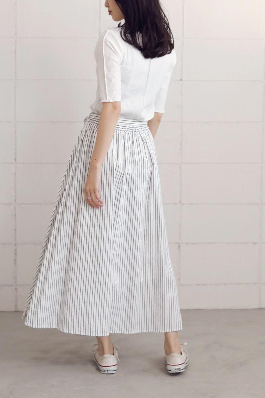 FrontButtonFlareSkirtフロントボタン・フレアスカート大人カジュアルに最適な海外ファッションのothers(その他インポートアイテム)のボトムやスカート。さらっとした素材感でシルエットがキレイなフレアスカートフロントに並ぶ小さなボタンが可愛いフレアスカート。柔らかすぎない生地感で、動くたびにしっかりときれいなシルエットが保てるようになっています。/main-21