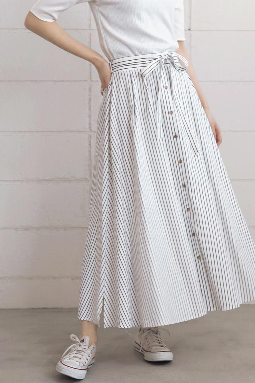 FrontButtonFlareSkirtフロントボタン・フレアスカート大人カジュアルに最適な海外ファッションのothers(その他インポートアイテム)のボトムやスカート。さらっとした素材感でシルエットがキレイなフレアスカートフロントに並ぶ小さなボタンが可愛いフレアスカート。柔らかすぎない生地感で、動くたびにしっかりときれいなシルエットが保てるようになっています。/main-22