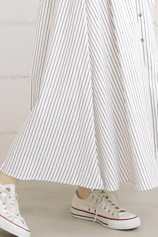 FrontButtonFlareSkirtフロントボタン・フレアスカート大人カジュアルに最適な海外ファッションのothers(その他インポートアイテム)のボトムやスカート。さらっとした素材感でシルエットがキレイなフレアスカートフロントに並ぶ小さなボタンが可愛いフレアスカート。柔らかすぎない生地感で、動くたびにしっかりときれいなシルエットが保てるようになっています。/main-24