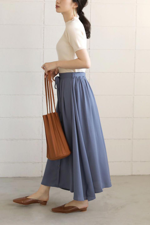 FrontButtonFlareSkirtフロントボタン・フレアスカート大人カジュアルに最適な海外ファッションのothers(その他インポートアイテム)のボトムやスカート。さらっとした素材感でシルエットがキレイなフレアスカートフロントに並ぶ小さなボタンが可愛いフレアスカート。柔らかすぎない生地感で、動くたびにしっかりときれいなシルエットが保てるようになっています。/main-25