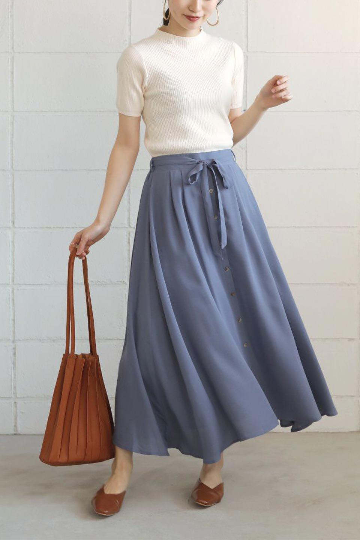 FrontButtonFlareSkirtフロントボタン・フレアスカート大人カジュアルに最適な海外ファッションのothers(その他インポートアイテム)のボトムやスカート。さらっとした素材感でシルエットがキレイなフレアスカートフロントに並ぶ小さなボタンが可愛いフレアスカート。柔らかすぎない生地感で、動くたびにしっかりときれいなシルエットが保てるようになっています。/main-26