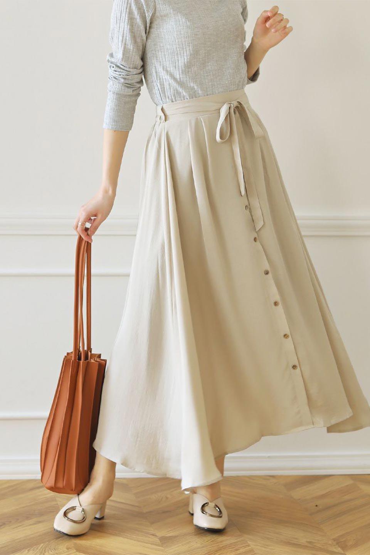 FrontButtonFlareSkirtフロントボタン・フレアスカート大人カジュアルに最適な海外ファッションのothers(その他インポートアイテム)のボトムやスカート。さらっとした素材感でシルエットがキレイなフレアスカートフロントに並ぶ小さなボタンが可愛いフレアスカート。柔らかすぎない生地感で、動くたびにしっかりときれいなシルエットが保てるようになっています。/main-33