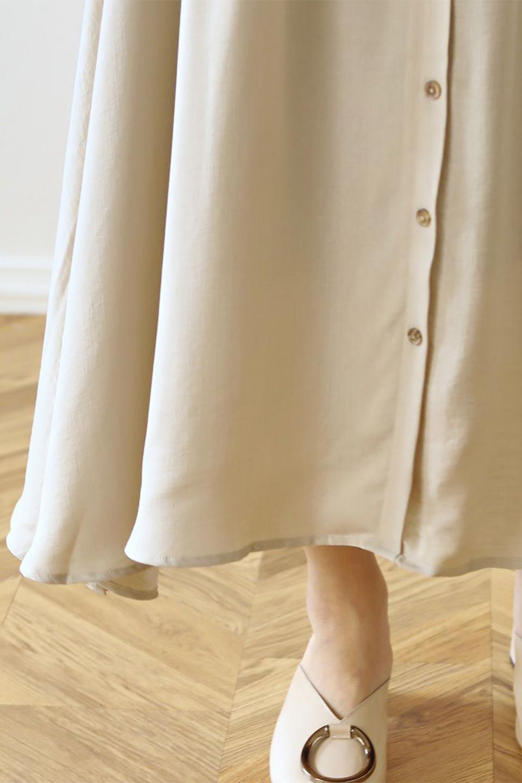 FrontButtonFlareSkirtフロントボタン・フレアスカート大人カジュアルに最適な海外ファッションのothers(その他インポートアイテム)のボトムやスカート。さらっとした素材感でシルエットがキレイなフレアスカートフロントに並ぶ小さなボタンが可愛いフレアスカート。柔らかすぎない生地感で、動くたびにしっかりときれいなシルエットが保てるようになっています。/main-38