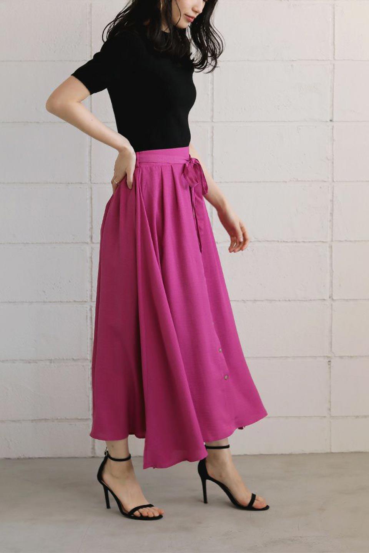 FrontButtonFlareSkirtフロントボタン・フレアスカート大人カジュアルに最適な海外ファッションのothers(その他インポートアイテム)のボトムやスカート。さらっとした素材感でシルエットがキレイなフレアスカートフロントに並ぶ小さなボタンが可愛いフレアスカート。柔らかすぎない生地感で、動くたびにしっかりときれいなシルエットが保てるようになっています。/main-39